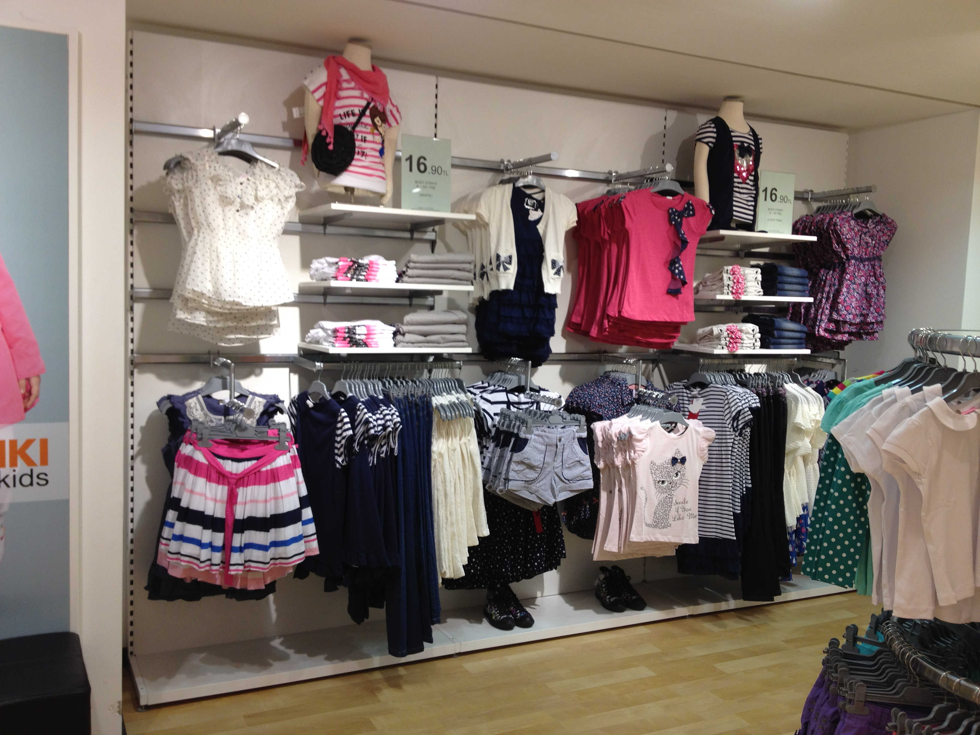 Dymond-Shopfittings-Wall-System-for-clothings
